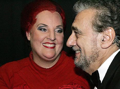 Plácido Domingo backstage congratulating Linda Watson - placidoatbayreuth